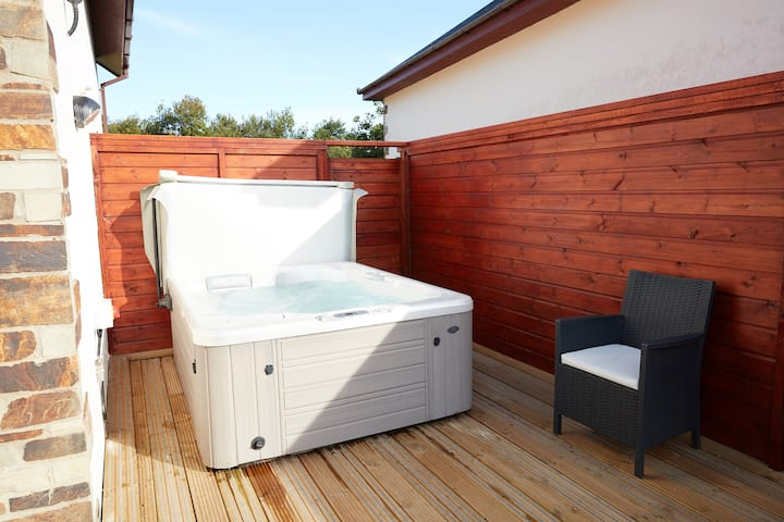 Hot Tub & log burner house for 8, dogs welcome