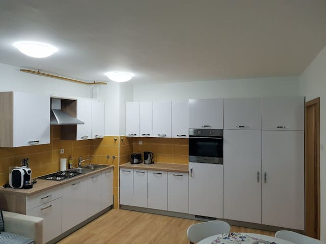 Modern & cozy entire apartment, free parking,wifi