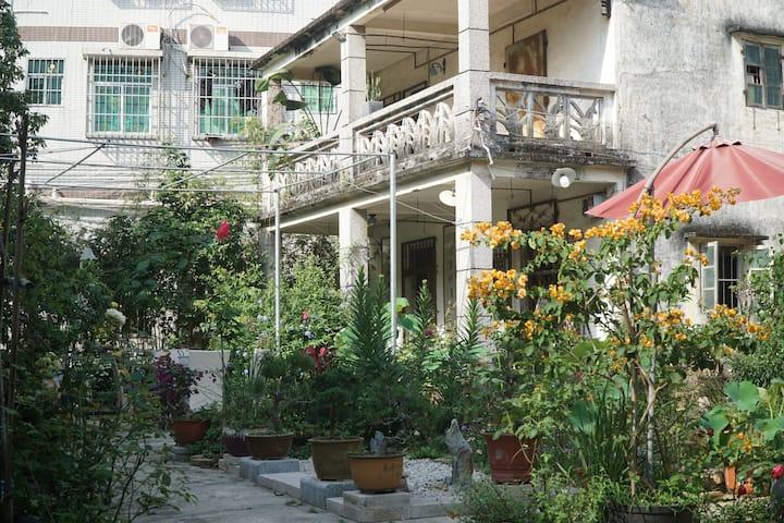 禾庭民宿野趣小院(双人房),60年代瓦片小洋房改而成的私人咖啡花园,将空置的院子改成的普通民宿