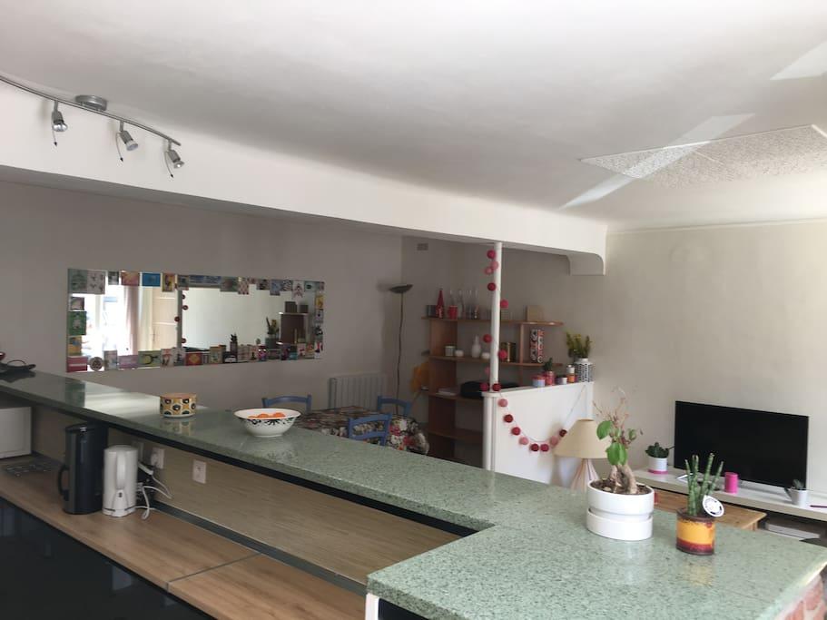 Le salon vu de la cuisine