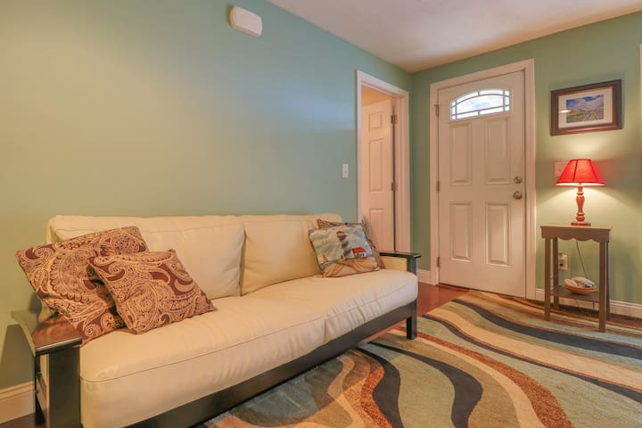 Cozy condo w/ private patio less than a mile from downtown Wells and the beach