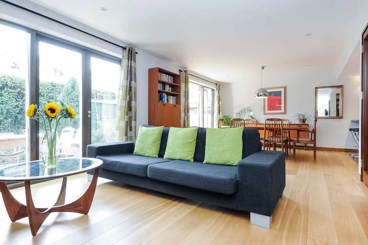 Spacious contemporary family home in East Oxford