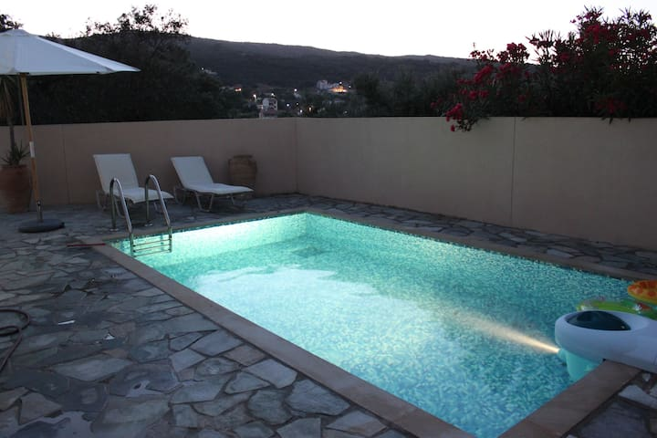Sunny Villa Phos, private pool, parking, free wifi