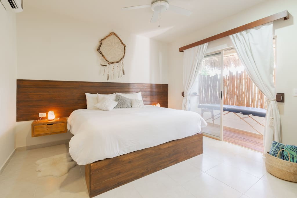 Main room with kingsize bed