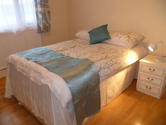 LONDON LOWE 1 BED FLAT, SLEEPS 2-6, CLOSE TO CITY.