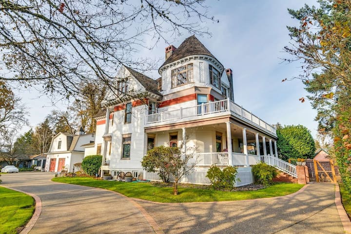 Victorian Era Mansion, One Mile to Pacific University, 25 Miles to Portland, Hot Tub & Fire-Pit