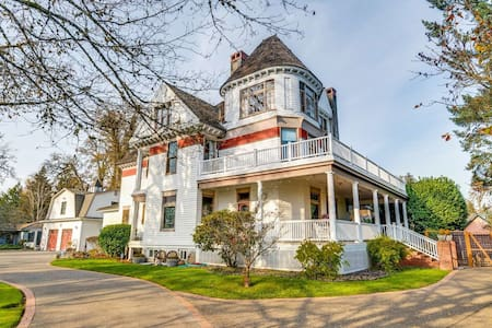 Historic Victorian Era Mansion, Minutes to Vineyards, 25 Miles to Portland, Hot Tub, Fire-Pit & BBQ