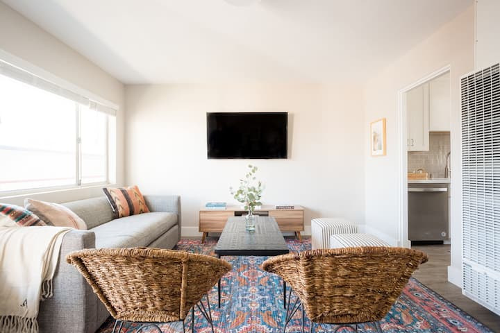 Seashore V by AvantStay | Sleek La Jolla Flat 5mins from the Beach!