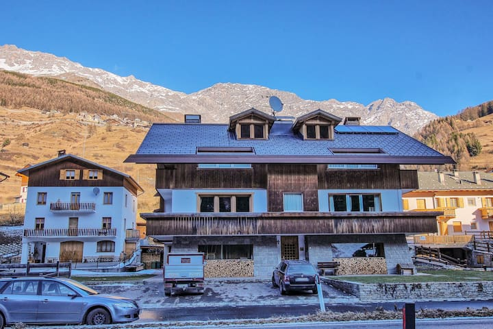 Charming apartment w/ balcony and mountain/valley views - near skiing/hiking!
