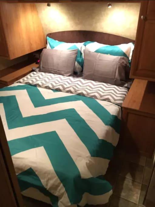 queen private bedroom w/barndoor