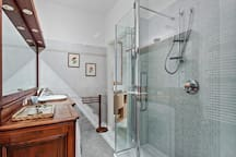The large Bathroom with the bathtub/shower