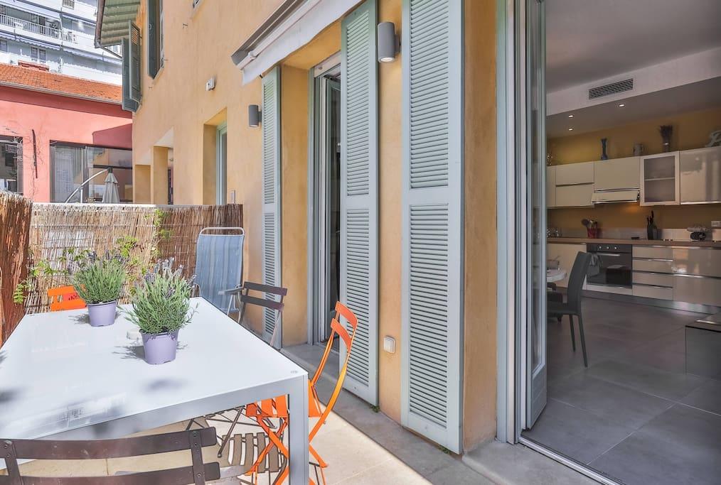 1 mn mer clim terrasse pour 4 d appartements avec services h teliers louer nice. Black Bedroom Furniture Sets. Home Design Ideas