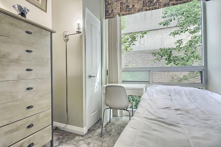 Luxury Yorkville Cozy Bedroom - Females Only Condo