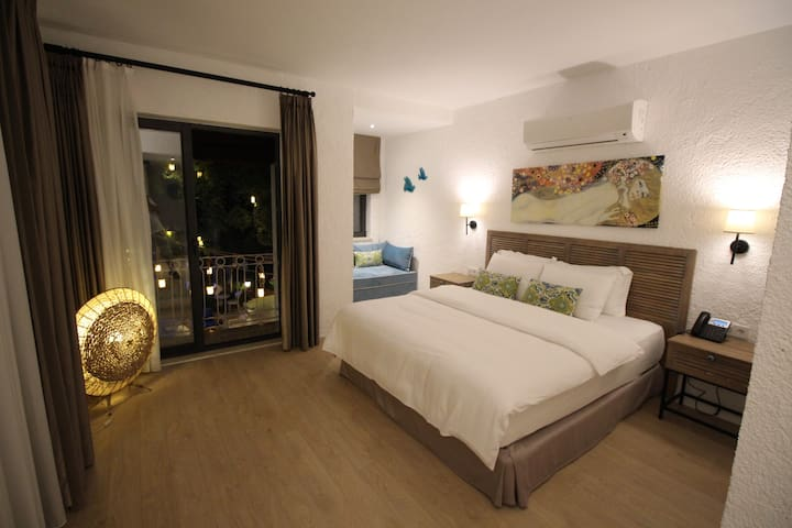 Blue Room-Luxury, seafront, B&B Room with bayview.