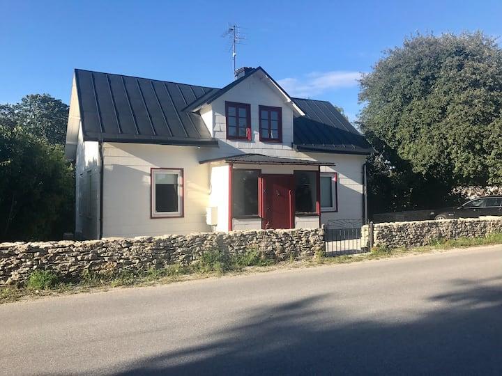 Hus med 9 bäddar mitt i Burgsvik på södra Gotland