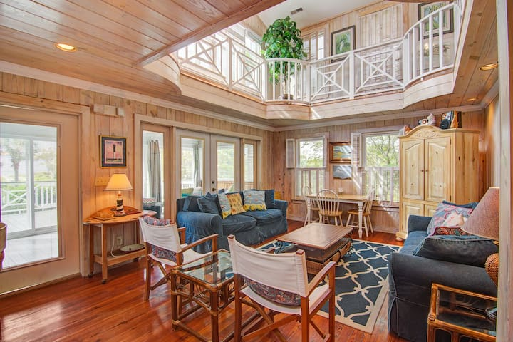 Premium Cleaned | Beautiful Sullivan's Island home next to lighthouse - easy walk to beach!