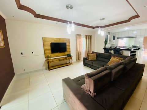 AJ House - Casa de 4 quartos c/ área de churrasco.