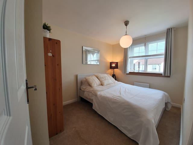 Guestroom with double bed and private bathroom