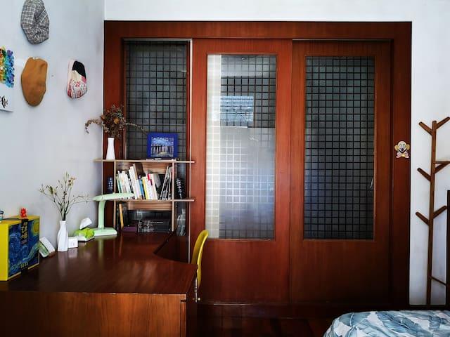 这是你住的卧室,一米三的双人床,如果不胖的话,两个人足够睡,推拉门通向我的卧室,所以我一般会经过你的房间,当然如果你介意的话,我就爬窗户进去。这个房间足够敞亮,有一张超级大的写字桌,早晨窗边会有阳光和鸟鸣。