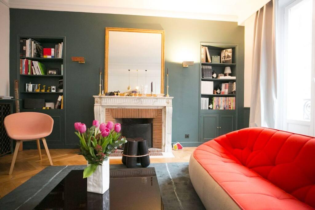 Salon avec 2 canapés et une cheminée