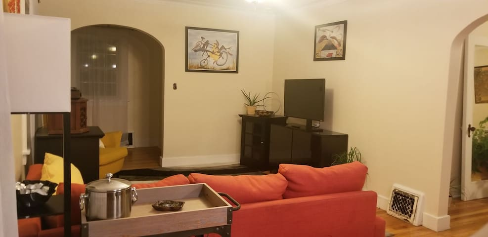 Cozy living room - w/ smart TV (Amazon and Hulu are available)