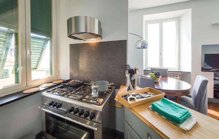 Cucina attrezzata con lavatrice, lavastovigle, frigo e forno elettrico