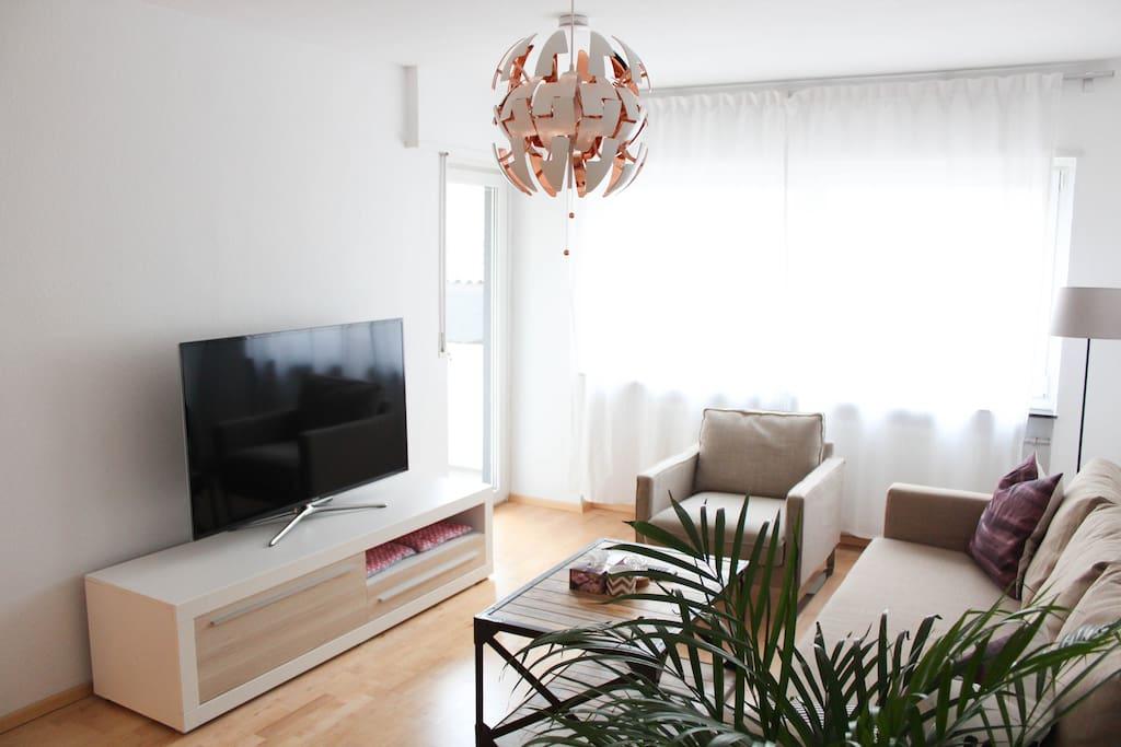 Wohnzimmer mit großem 55 Zoll SmartTV
