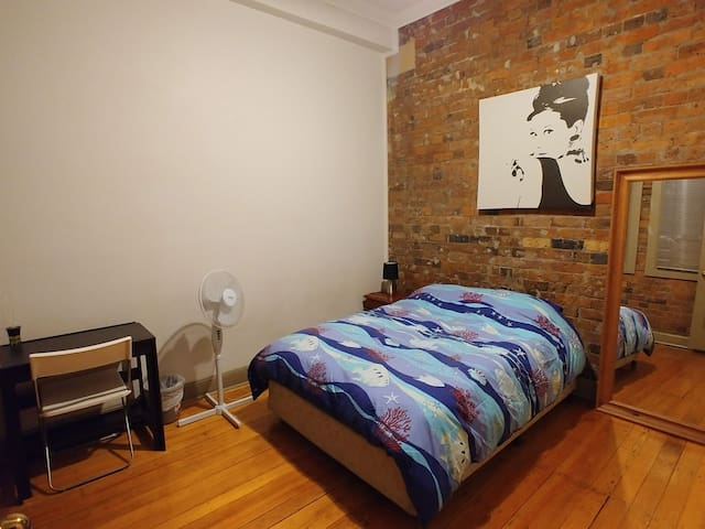 2 Bed Apartment in Prime Location (Room 2)