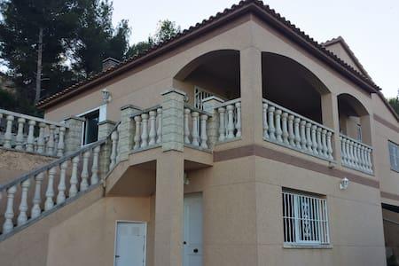 Preciosa casa con piscina en entorno ideal! - Costa-Cunit - 別墅