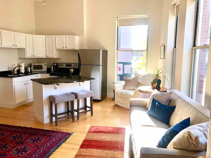 Bright 1 bdrm in the Arts District w/free parking