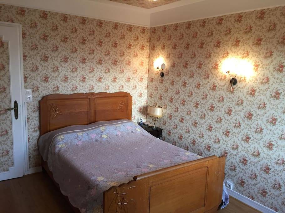 charming and quiet bedroom near railway station bed breakfasts for rent in reims. Black Bedroom Furniture Sets. Home Design Ideas