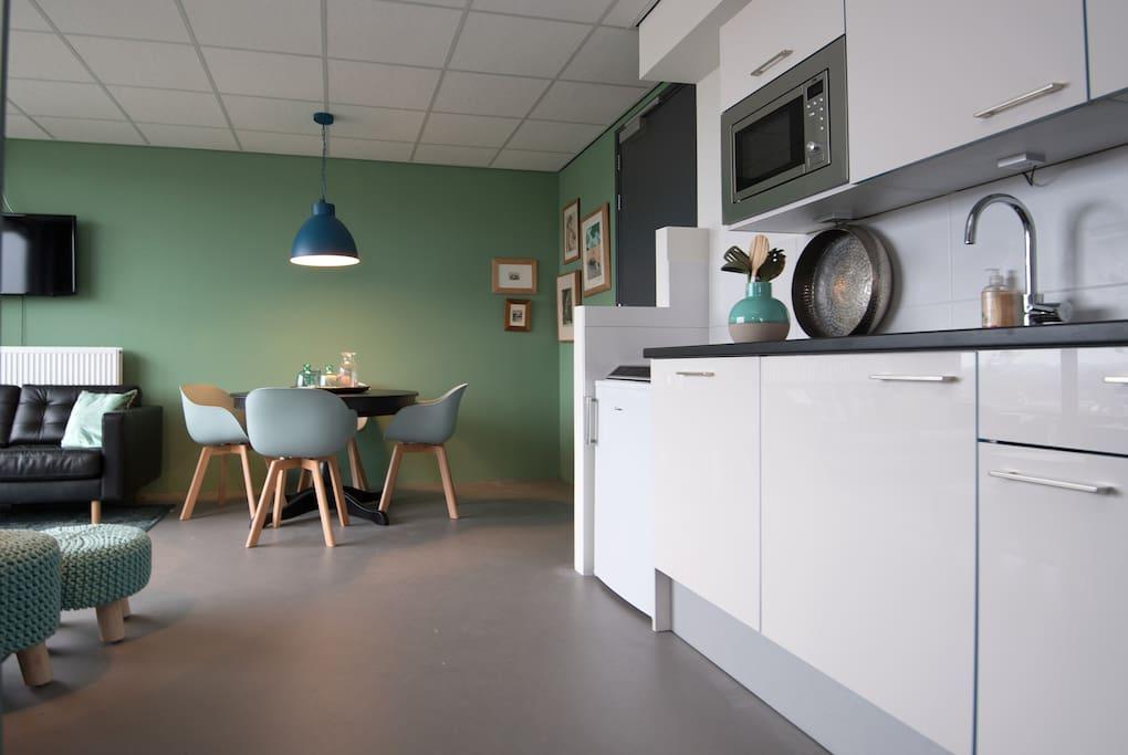 Luxe keuken (gloednieuw) met vaatwasser, combi-oven, koelkast, nespresso, inductiekookplaat.....