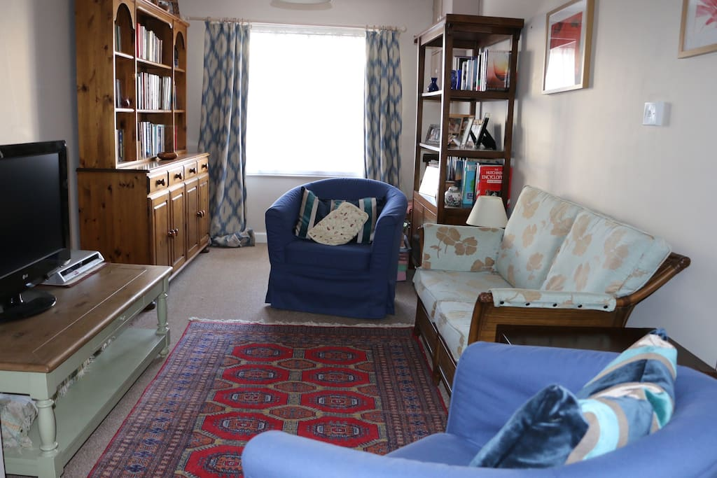 Separate lounge with books, games, flat-screen tv and DVD player