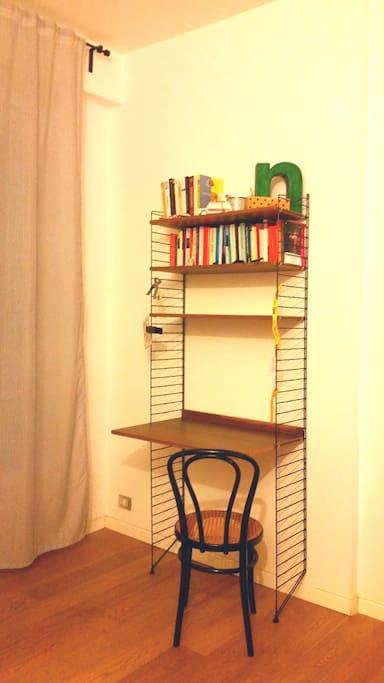 Un scrivania in camera per i tuoi momenti a casa.