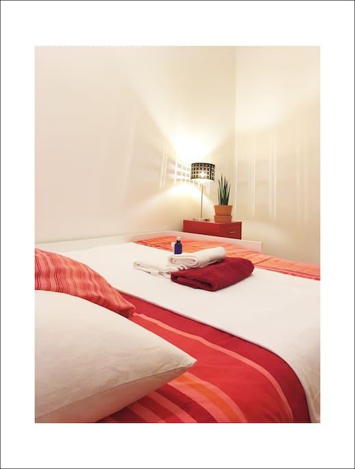 La chambre se trouve dans le couloir de l'entrée, donnant accès directement au salon, à la cuisine ainsi qu'à la salle de bain.