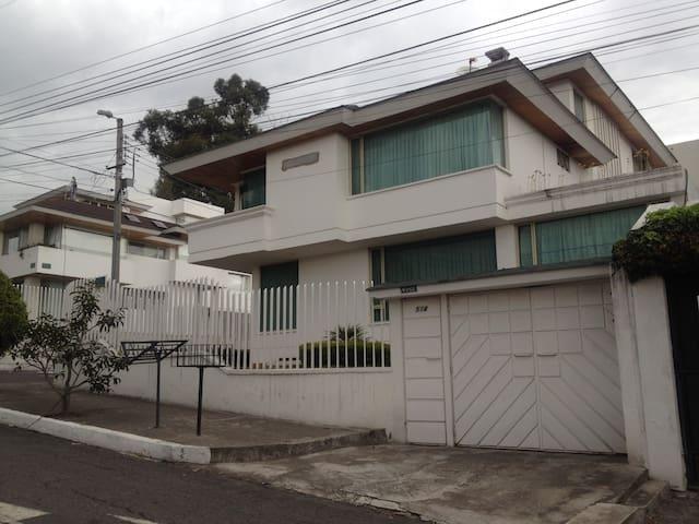 Casa en el norte de Quito, Urbanización El Condado