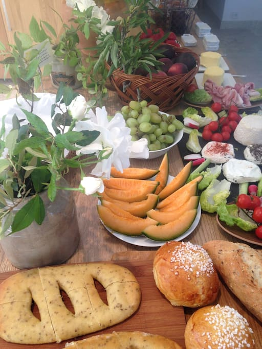 Petits déjeuner buffet Bio et produits locaux. Oeufs de nos poules. légumes de notre potager.