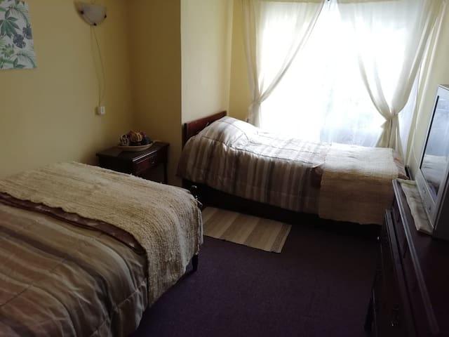 Habitación cómoda y luminosa con baño privado
