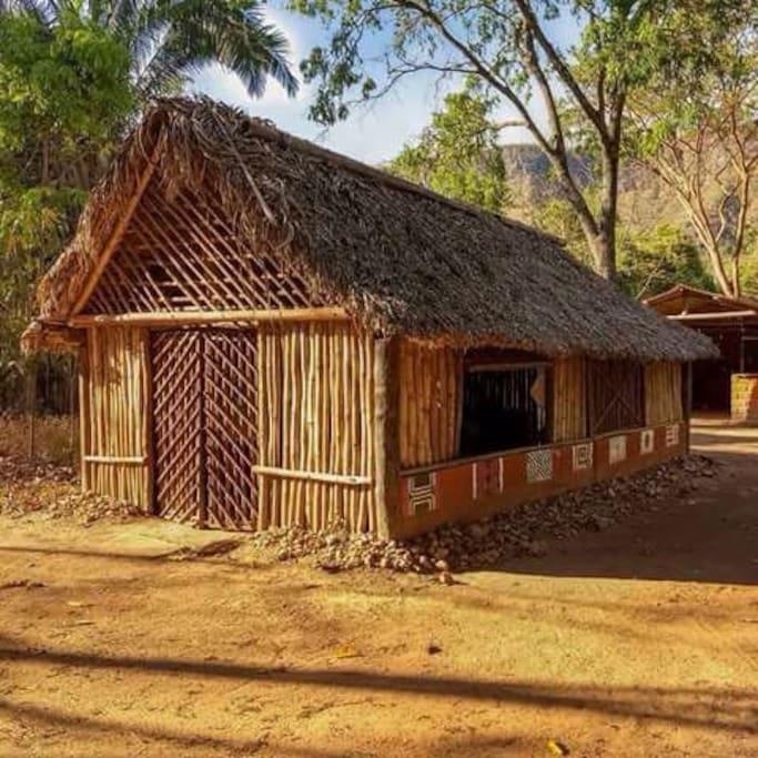 Espaço (ao lado da casa) que pode ser utilizado pelo visitante