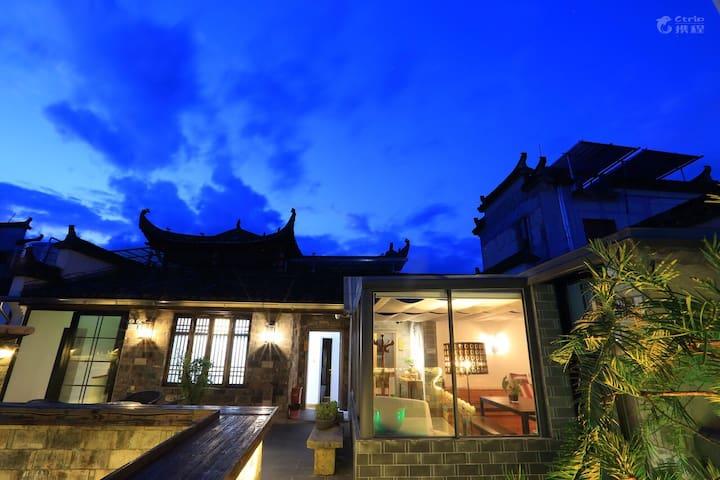 【采荷堂】宏村隐居客栈,距宏村景区西门入口50米,三楼有露台,一楼有庭院,独栋洋楼。