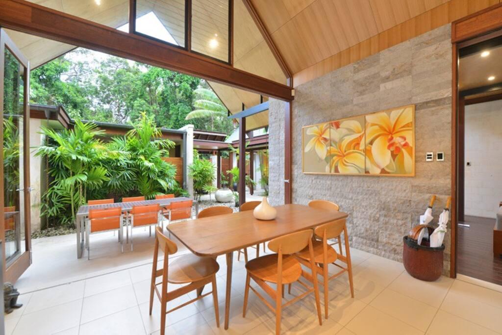 Indoor/outdoor alfresco dining options