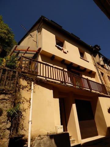 Maison de charme dans village au pied de l'Aubrac - Saint-Geniez-d'Olt - Huis