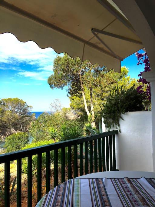 Terraza 10m2. Vistas mar y jardín. Toldo. Mesa y 6 sillas terraza.