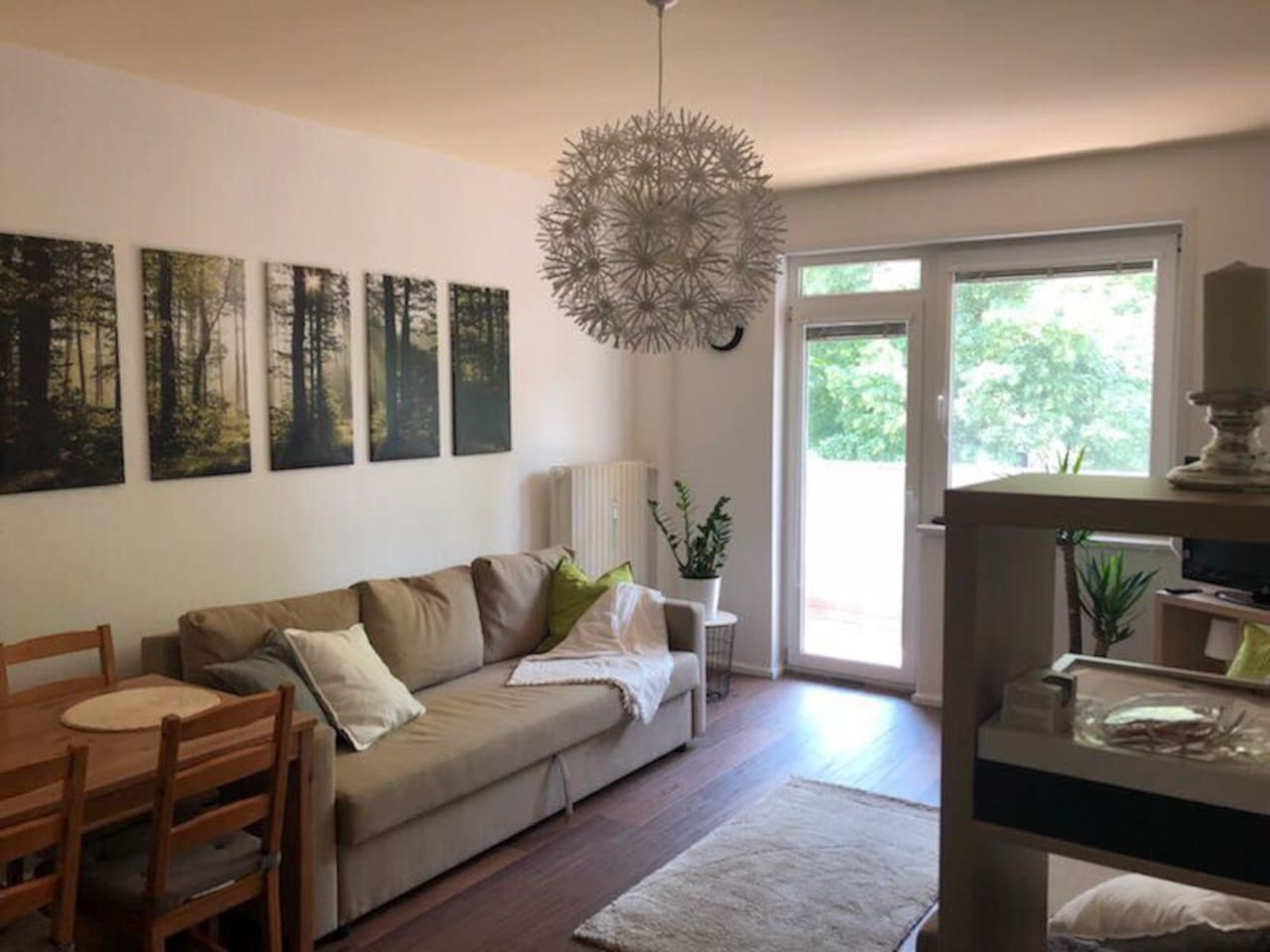 Living room with access to balcony / Wohnzimmer mit Balkon