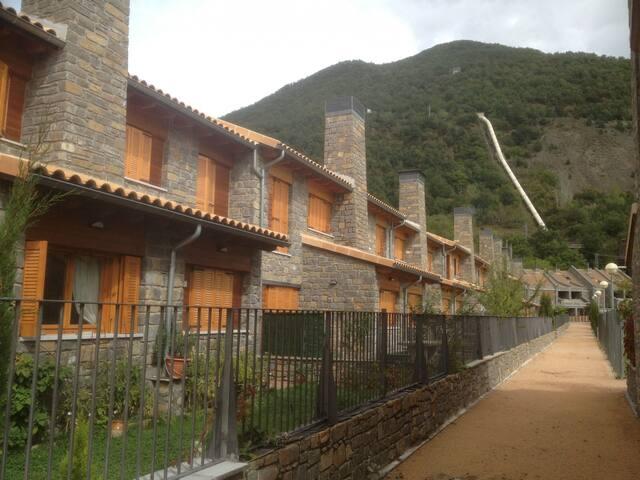 Biescas- Unifamiliar en Calle Cantarranas