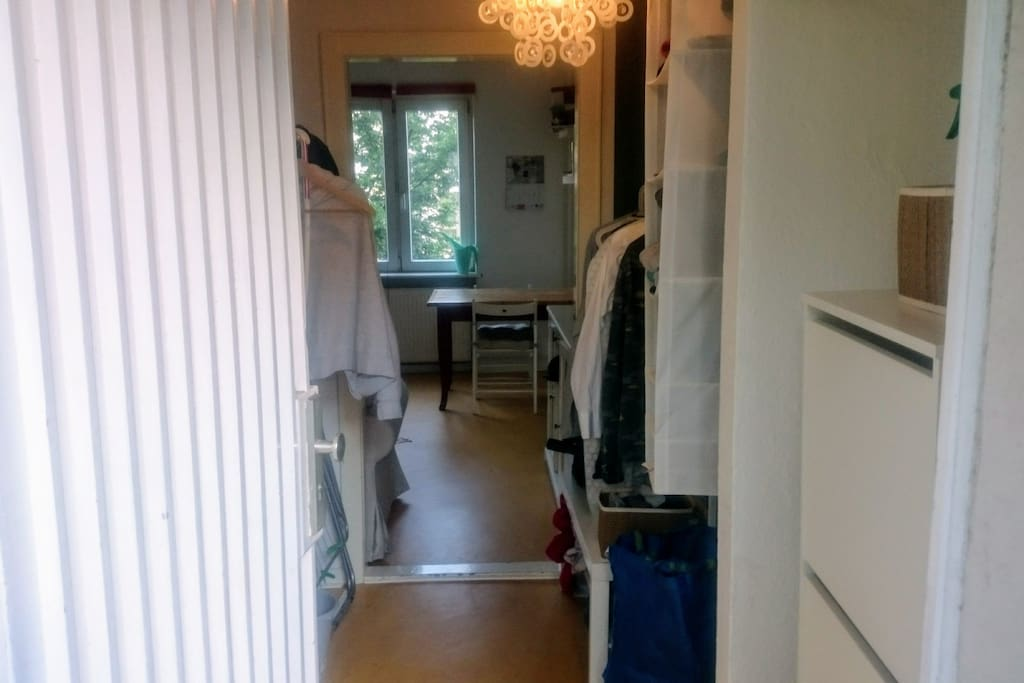 Entrance: you have ample space to hang your clothing (the racks are empty when you arrive)