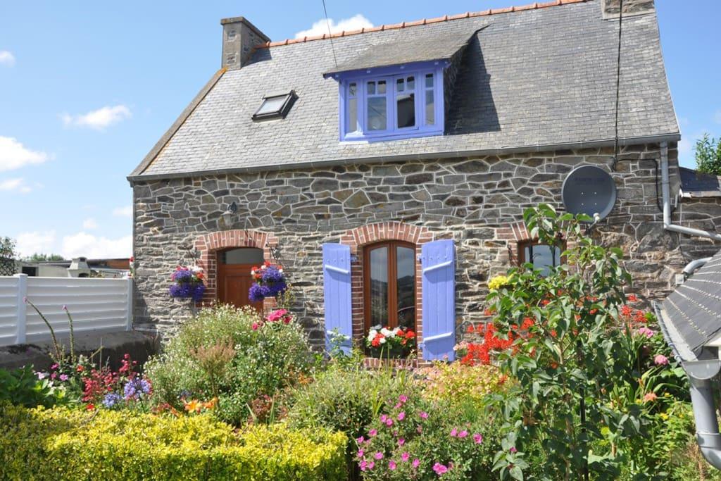 maison en pierre typique bretonne maisons louer minihy tr guier bretagne france. Black Bedroom Furniture Sets. Home Design Ideas