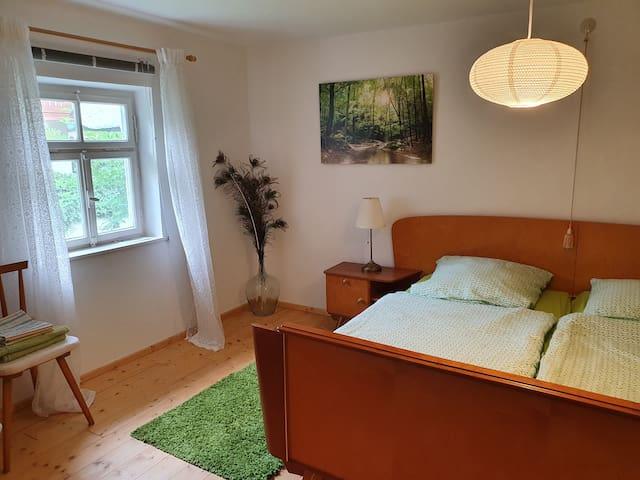 Das gemütliche Zimmer bietet Doppelbett (2x 90x190cm) und einen geräumigen Schrank