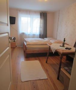 Doppelzimmer auf dem Weingut + eigenem Bad - Angelbachtal - 独立屋