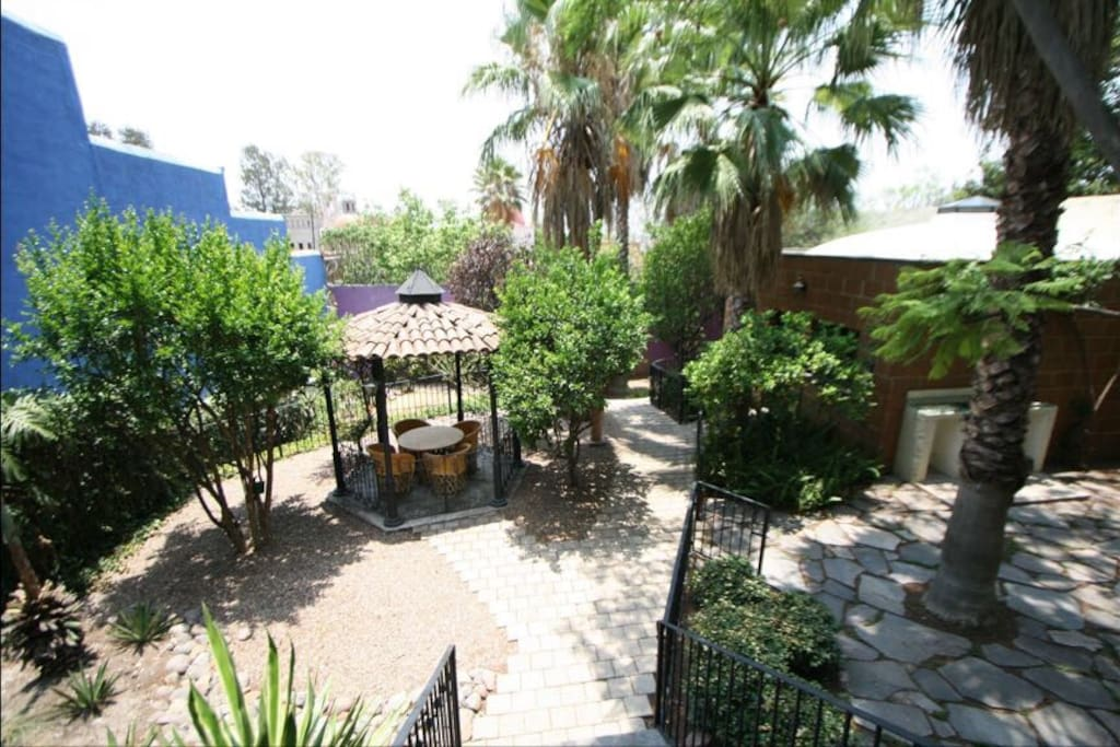 Jardín con árboles frutales , quiosco para reuniones y la casita .